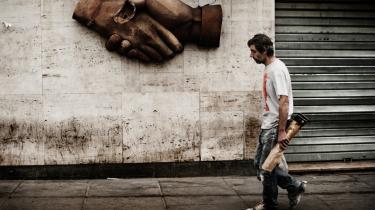 En arbejder på vej hjem fra arbejde i havnen i Marseille. Borgerne i den sydfranske by mener ikke, præsident Sarkozy har indfriet sine løfter om økonomisk udvikling.