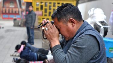 En hankineser beder i det tibetanske Kumbum-kloster i den vestkinesiske Qinghai-provins. Flere og flere kinesere søger mod buddhismen i håb om indre ro - til kommunistpartiets fortrydelse og ængstelse.