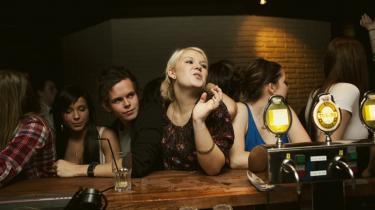 Ikke en gymnasiefest uden druk, lyder danske elevers mantra. I dansk kultur er alkohol en uafvigelig del af hygge, fællesskab og socialt samvær – her  er der fest på Shakers i Kolding.