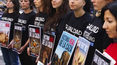Historien om den spanske konges elefantjagt har udløst demonstrationer, avisledere og debatindlæg fra oprørte spaniere, der mener, at det ikke alene er forkert at skyde elefanter, men også at bruge 40.000 euro på en jagttur, når landet befinder sig i alvorlig økonomisk krise.