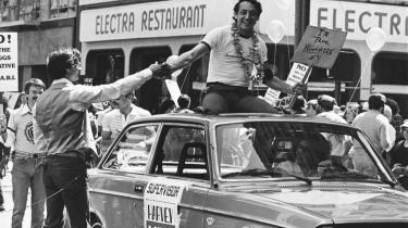 Martin Luther King, Harvey Milk (billedet) og Judith Butler har vist os enestående eksempler på, at kampene nytter. Hvor havde vi været uden deres kampe? Lad os tage ved lære af dem og vor historie – lad os åbne vore øjne, siger dagens kronikør.