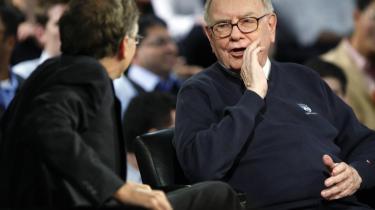 USA's superrige engagerer sig som aldrig før i bistandsprojekter, demokratisk udvikling og sundhedsfremme. Bill Gates (t.v.) og Warren Buffet har bl.a. stiftet 'The Giving Pledge', hvor adskillige milliardærer har forpligtet sig til at give mindst 50 procent af deres formuer til velgørenhed.