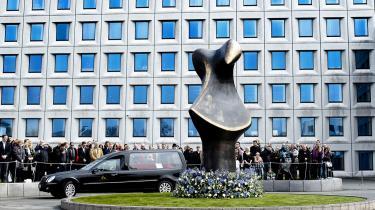 Mærsk Mc-Kinney Møllers begravelse i lørdags var planlagt ned til mindste detalje af manden selv. Her kører rustvognen forbi Mærsk-hovedkvarteret på Esplanaden.