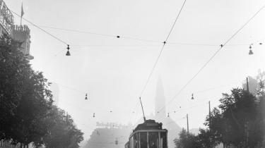 De sidste sporvogne blev taget af gaderne i 1972 og sejlet til Egypten. De udledte i hvert fald mindre dieselos, end de seneste 40 års buskørsel har gjort. Sporvogn linie 6 på vej  ad Vesterbrogade med Rådhuspladsen i baggrunden i august 1951.