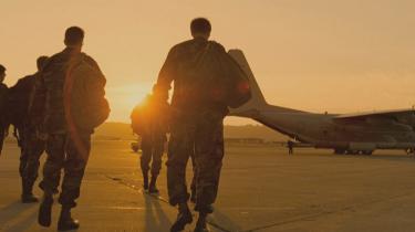 Ægte. Amerikanske elitestyrker på vej om bord i et C130-militærfly. De såkaldte Navy SEALs spiller sig selv i filmen 'Act of Valor', der er båret af et spinkelt plot og primært går ud på at vise de unge soldater i aktion.