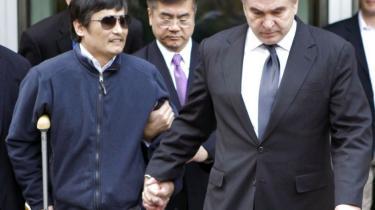 Ifølge officielle udmeldinger har de kinesiske myndigheder garanteret menneskerettighedsaktivisten Chen Guangchengs sikkerhed. Men andre aktivister og Chen Guangcheng selv påstår, at det var trusler, der fik ham til at forlade den amerikanske ambassade i Beijing, hvor han havde søgt tilflugt