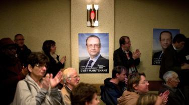 Ansatte på Still-Saxby's gaffeltruckfabrik lytter til en tale Francois Hollande, der har lagt vægt på vækst i sin præsidentkampagne.