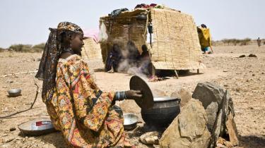 Aldaoula Banounassane og hendes familie har vandret til fods i tre dage gennem et ørkenlandskab og er nu endt i en primitiv flygtningelejr i Yassan i Nigers Sahel-region. Regionen er hårdt ramt af års nedbørsmangel, misvækst og deraf følgende høje madpriser.