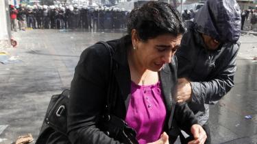 Siden 2007 har den tyrkiske regering strammet kursen over for landets kurdiske mindretal – herunder kurdiske medlemmer af landets partlament. Her er det parlamentsmedlem Sebahat Tuncel, som flygter fra politiet under en demonstration i Ankara for nylig.