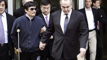 Tænkeboks. Lige nu overvejer den blinde systemkritiker, Chen Guangcheng, om han skal blive i Kina og kæmpe for menneskerettigheder, eller om han skal bringe sig selv og sin familie i sikkerhed i USA.