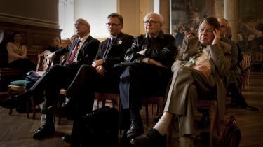 Blandt tilhørerne ved Folketingets høring om ægteskaber for homoseksuelle var Dansk Folkepartis fhv. MF'ere: Søren Krarup og Jesper Langballe. De applauderede modstanden mod, at kirken vier bøsser og lesbiske.