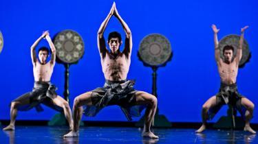 Tim Rushtons fascination af de kinesiske danseres militariske præcision og totale hengivenhed smittede i forestillingen på Gamle Scene.