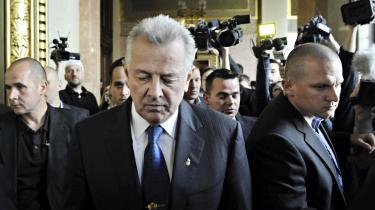 Ungarns præsident, Pal Schmitt, (i midten), da han måtte træde tilbage fra sin post den 2. april.