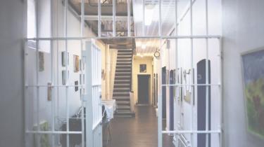 Stadig flere danskere varetægtsfængsles. I modsætning til dømte tilbringer mange af dem dagene isoleret fra omverdenen uden adgang til arbejde eller socialt samvær. Hvorfor straffer vi folk, der kan vise sig at være uskyldige, hårdere end de dømte?