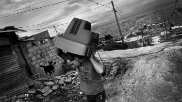 /h4> Byen breder sig og gør langsomt slumkvarteret til en del af sig med butikker, elektricitet, busstation, skobutikker og mennesker med ærinder at gøre.
