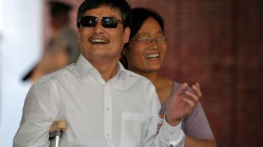 Chen Guangcheng fik i weekenden lov til at forlade Kina og rejse til USA. Umiddelbart et positivt tegn for forholdet mellem Beijing og Washington, men Chen efterlader en del ubesvarede spørgsmål i Kina