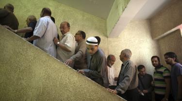 Der var beskedent fremmøde på valgstederne først på dagen i går, men hen på eftermiddagen troppede flere af de i alt 52 mio. stemmeberettigede egyptere op for at afgive deres stemme.