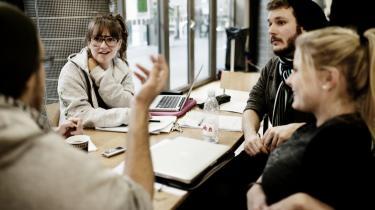 Hvis Danmarks Lærerforenings forslag om at lade nyuddannede arbejdsløse lærere arbejde gratis på skolerne vedtages, vil det skabe et arbejdsmarked med et A-hold og et B-hold, frygter kronikørerne. Her lærerstuderende fra Frederiksberg Seminarium.
