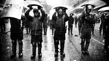 På gaden igen. Først var det betjentene, der demonstrerede i Bogota mod  narko, vold og kriminalitet – og ugen efter var de  på gaden igen. Denne gang for at passe på den Patriotiske March, der af mange blev opfattet om en trængt guerillas forlængede arm.