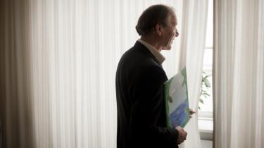 Erik Rasmussen med sin søns maleri af sin fars verden. 'Mister man håbet, mister man alt. Og hvem vil følge en pessimist,' siger den 70-årige stifter, ejer og direktør for Mandag Morgen.