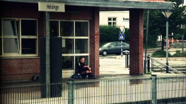 Redningshold? Skal man komme provinsen til undsætning, fordi der bare ikke sker en skid? Og er det godt tv? Tre københavnerpiger vil ruske lidt op i Helsinge, som de mener er både den grimmeste og den kedeligste by i Danmark. Det siger måske mere om de tre teenageres kendskab til danske provinsbyer generelt end om Helsinge, men der er kommet en dokumentarserie ud af deres strabadser for at få lidt fest i byen.