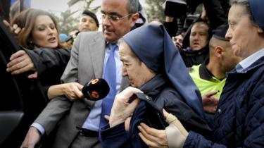 Hidtil er blot én af de ansvarlige for omfattende handel med nyfødte babyer i Spanien under Franco blevet stillet for en dommer. Det er nonnen Maria Gomez Valbuena, som her føres bort fra retslokalet i Madrid i april i år.
