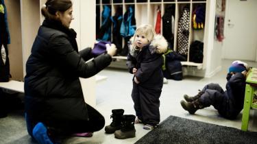 Er det primært forældrenes eller daginstitutionens ansvar, at børnene lærer at lyne deres flyverdragt?