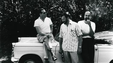 Velfærdsboom. Det er ikke tilfældigt, at Klaus Rifbjerg blev forbundet med høj livsførelse,  lod sig fotografere i åben sportsvogn  og i det hele taget hyldede det at tage godt for sig af livets glæder.  Her ses Rifbjerg (tv.)  sammen med  Jørgen Gustava Brandt (i midten).