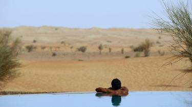 Der er faktisk drikkevand nok på jorden, men vi sparer ikke på det, og det er for billigt at bruge for meget. Men inden for et årti vil vand stige kraftigt i pris. Her en hotelgæst i en kæmpepool midt i ørkenen i Emiraterne 100 km fra Dubai .