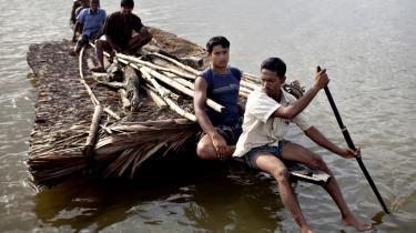 Cyklonen Aila ramte det sydvestlige Bangladesh i slutningen af maj 2009. Vandmasserne punkterede hundredvis af dæmninger, og mange landsbyer blev oversvømmet af saltvand. Her flytter en familie hele deres tag. Udviklingsministeren vil lokke private og institutionelle investorer med i udviklingsarbejdet. Men de vil altid kun gå efter projekter, der giver afkast. Og det gør hjælp til klimatilpasning og cykloner i Bangladesh sjældent, lyder kritikken.