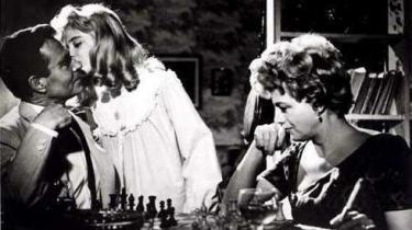 James Mason (tv.), Sue Lyon som fristerinden Lolita og moderen Shelley Winters, som gifter sig med med Mason, og senere dør.