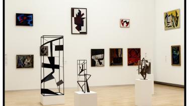 SMK's tematiske ophængning af den faste samling er nu blevet prisbelønnnet. Her et rum med Richard Mortensens malerier og skulpturer.