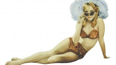 'Lolita' blev skabt af Nabokov som et moralsk selvopgør og filmatiseret af Kubrick som en sortkomisk udstilling af et fatalt selvbedrag. Siden er Humbert Humbert-figuren i en Lolita-dyrkende kultur blevet gjort til et rent monster uden (selvkritisk) stemme. Det gør 'Lolita' vigtigere end nogensinde før