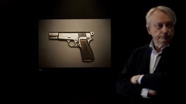 'Det vigtige er, at udstillingen bliver brugt til at forstå, hvad ondskab er. At alle mennesker har det i sig, og alle mennesker kan vælge at gøre ondt. Man skal forsøge at forstå mennesket, der har brugt dén pistol her, politimorderen Palle Sørensens,' siger filosof Peter Kemp.