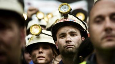 Verden over støttes udvinding og forbrug af fossile brændsler med milliarder af dollar og i langt højere grad end vedvarende energi. Og det er sin sag at skære i subsidierne. Som led i spareplanerne i Spanien har landets regering besluttet at skære i subsidierne til udvinding af kul, og det har ført til omfattende protester fra kulminearbejderne i Asturien.