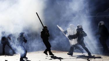 Mens medierne fokuserer meget på panik og brand i eurozonen, har de færreste bemærket, at et langt større problem tegner sig i horisonten: Verdensøkonomien som sådan er på vej ned , skriver dagens kronikør. Her uroligheder i Grækenland som følge af krisen.