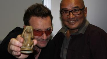 Backstage til 'Electric Burma' med Bono, 'Pincetten' og en abe fra det gyldne land.