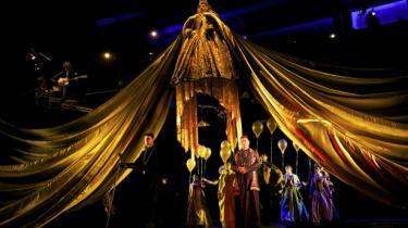 Damon Alberns opera om den geniale, men forkætrede videnskabsmand 'Dr Dee'  har lige haft premiere på Coliseum i London. Dens debut var oprindelig i juli 2011 på Palace Theatre i Manchester.