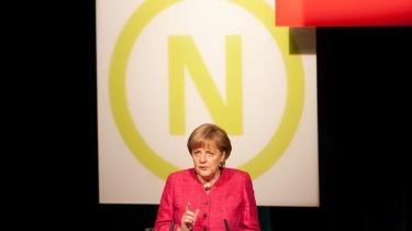 Der er udbredt enighed om, at Angela Merkels forsigtige sparepolitik på alle hylder ikke duer. Eurozonens aktuelle tilstand nødvendiggør en mere direkte handlingsplan, så Angela Merkel er nødt til at se nærmere på, hvad der kan gøres for at tilbyde akut hjælp til og vækst i de skrantende sydeuropæiske økonomier. Selv Obama har understreget det for hende.