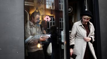 I Møllegades Boghandel på Nørrebro anbefaler man Lasse Thornings debutdigtsamling, 'Sådan og sådan', til sommerferielæsning.