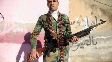 En soldat fra den Frie Syriske Hær holder vagt i byen Idlib nær den tyrkiske grænse. I morgen vil en FN-konference prøve at få en overgangsregering i stand og få al-Assad sat fra bestillingen.