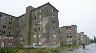 60-80.000 betalende gæster besøger hvert år det enorme Prora-anlæg, som nazisterne byggede fra 1936-39. Det meste af byggeriet står øde hen og forfalder, men de besøgende kan få rundvisninger og lære om stedets historie på udstillinger.