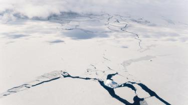 Snart vil en svensk isbryder sende et hold danske forskere ud for at samle de sidste beviser for et dansk krav på Nordpolen. Arktisk geopolitik er i dag præget af 'kortlægningspolitik': Militære konfliktscenarier viger for havret og undersøisk geologi. Frygten for Rusland i det arktiske kapløb er delvis afblæst, nu handler kapløbet om hurtigst muligt at samle data