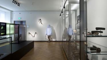 Selv de mest lamme værker fremstilles i højtravende kunsthistoriske og videnskabelige termer på udstillingen 'Skabt af tiden' på Nationalmuseet.