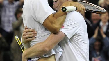 'Jeg spiller ikke for resultaterne. Jeg spiller, fordi jeg elsker tennis,' sagde Danmarks nyeste tennisdarling Frederik Løchte Nielsen, der i lørdags vandt finalen i herredouble sammen med sin makker Jonathan Marray. Løchte Nielsen er barnebarn af den afdøde tennislegende Kurt Nielsen, der var i Wimbledon-finalen tre gange i 50'erne.