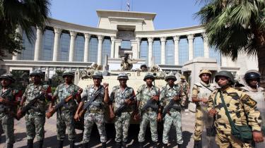 Søndag sagde Egyptens nye præsident, at han ville genindsætte parlamentet. I går lød svaret fra forfatnings-domstolen til præsidenten, at alle dens beslutninger om at opløse parlamentet er bindende.