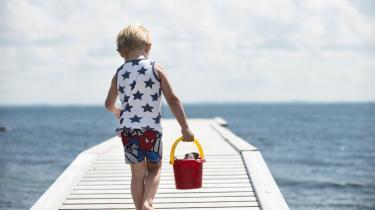 I sommerferien lever børn et 'rigtigt børneliv', hvor de får adgang til den tabte legekultur, og hvor hverdagens kedsomhed erstattes af fantastiske dannelsesrejser. I hvert fald i børnelitteraturen. Tag med på sommerferie i børnelitteraturens univers