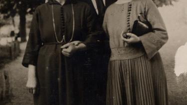 I søgelyset. Den kendte agitator Thøger Thøgersen – som her ses sammen med den revolutionære komuneskolelærerinde Marie Nielsen (tv) og en ukendt kvinde – var konstant i Statspolitiets søgelys. Men da Thøgersen og Nielsen indlogerede sig på Det Ny Missionshotel i Odense i 1922, havde en lyttende betjent i naboværelset svært ved at fatte, hvad der blev sagt, fordi de revolutionære talte i munden på hinanden.