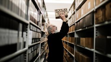 Egentlig gik Svend Nielsen på pension for syv år siden, men det tager han ikke så tungt. Han lusker stadig rundt blandt de gamle folkeminder i kælderen under Folke-mindesamlingen i København, hvor det bugner med 'den almindelige danskers' viser, sange og historier.