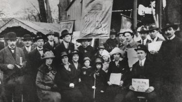 'Vi vil have Far ud af Fængslet', stod der på det banner, som familiemedlemmer til fængslede syndikalister bar frem den første maj 1919. At anholde lederne af de revolutionære bevægelser var en flittigt anvendt metode for Statspolitiet. Den var også effektiv, for som inspektør Tage-Jensen fra Statspolitiet skrev i maj 1922, så var konsekvensen af den slags anholdelser, at agitationen ophørte.